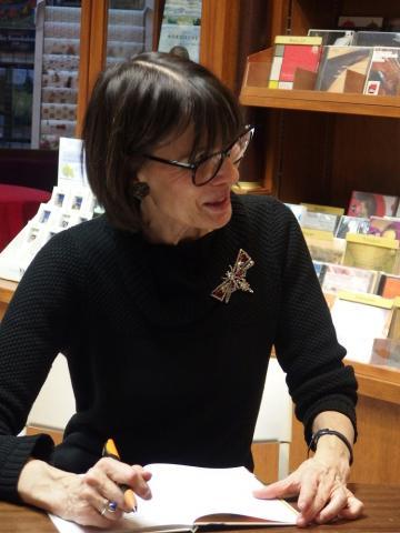 Andrea Schomburg beim Signieren